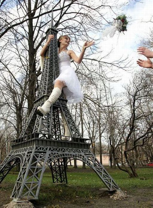 Bride straddling Eiffel Tower Throwing Bouquet Funny Wedding Pictures Bad Wedding Photos Worst Wedding Pics Disasters Crazy Photography ideas