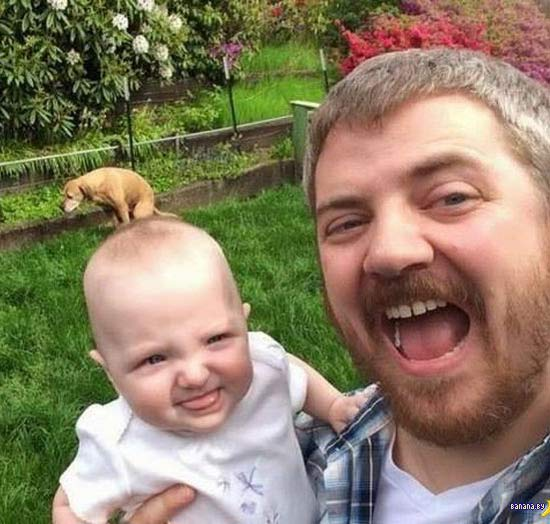 funny photobomb, dad with baby with dog in background pooping, looks like dog is pooping on baby's head ~ Awkwardly Funny Family Photos