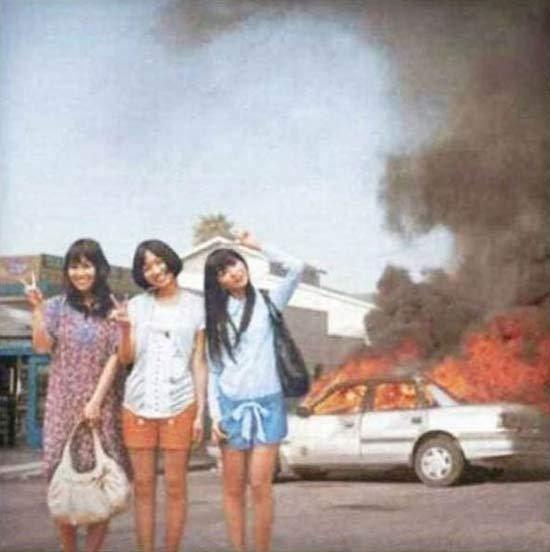Funny Awkward Family Photos: girls posing in front of burning car