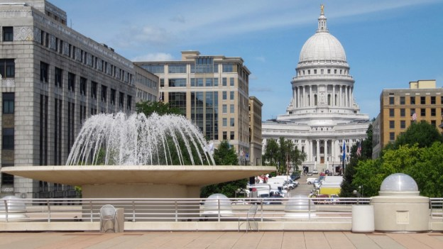 photo of Wisconsin Capitol and Fountain