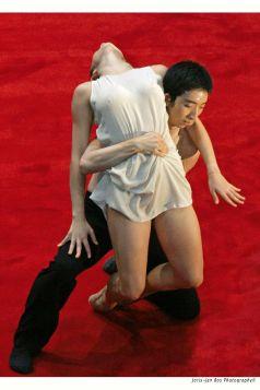 'subject to change' Paul Lightfoot & Sol Léon- choreography on the picture: Menghan Lou & Nina Botkay Joris-Jan Bos Photography© t = +31 (0)70 365 92 45 m = +31 (0)6 53 661 225 e = jprisjan@mac.com w = http://homepage.mac.com/jorisjan