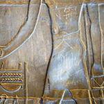 Expertos, limpian el grafiti del Templo de Luxor.