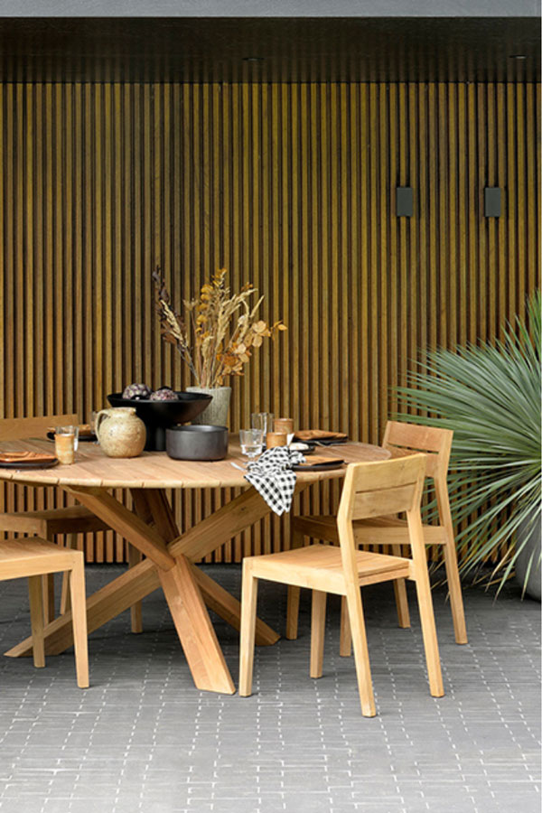 Stunning Outdoor Dining Setting by Globe West