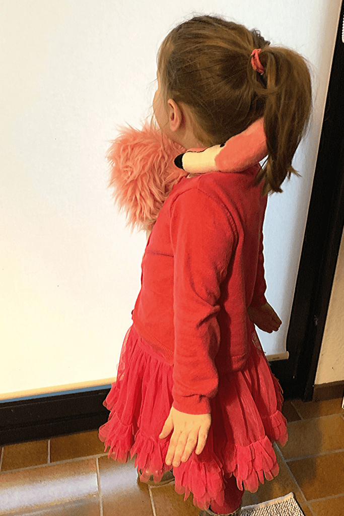 The cheats flamingo outfit: pink clothes, pink fluffy skirt and a toy flamingo as a scarf. Easy costume for the Rhineland Carnival or Halloween.