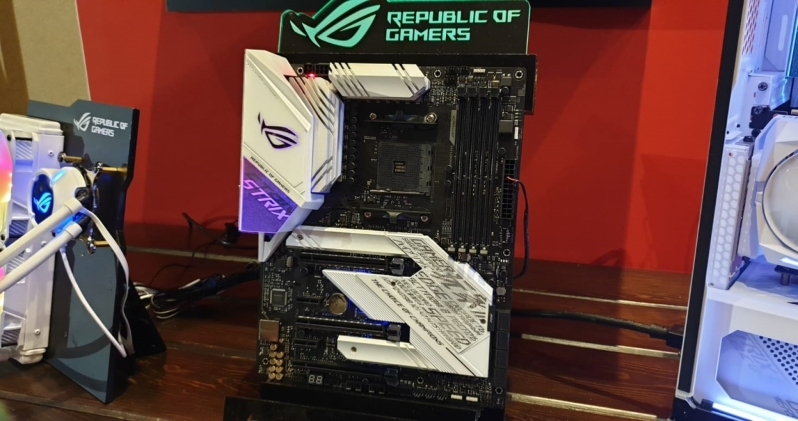 ASUS All White ROG Products CES 2020 (3)