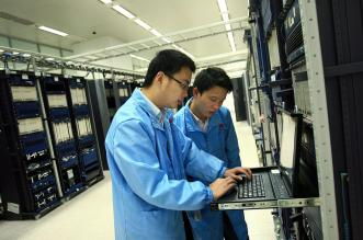 Huawei-RD-staff-performing-routine-maintenance-2