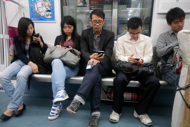 0723 chinasmartphones 630x420 مستخدمي الانترنت عبر الأجهزة المتنقلة في الصين يفوق الحواسب الشخصية