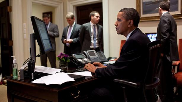 obama-using-computer