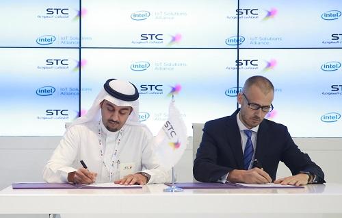 بن سعيد يوقع الاتفاقية عن STC في دبي