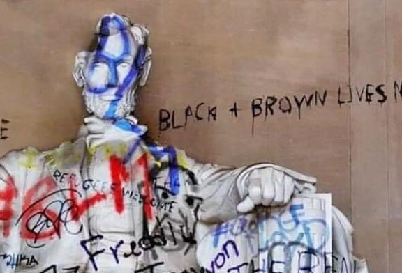 Fact Check : Lincoln Memorial Defaced By BLM Protestors!