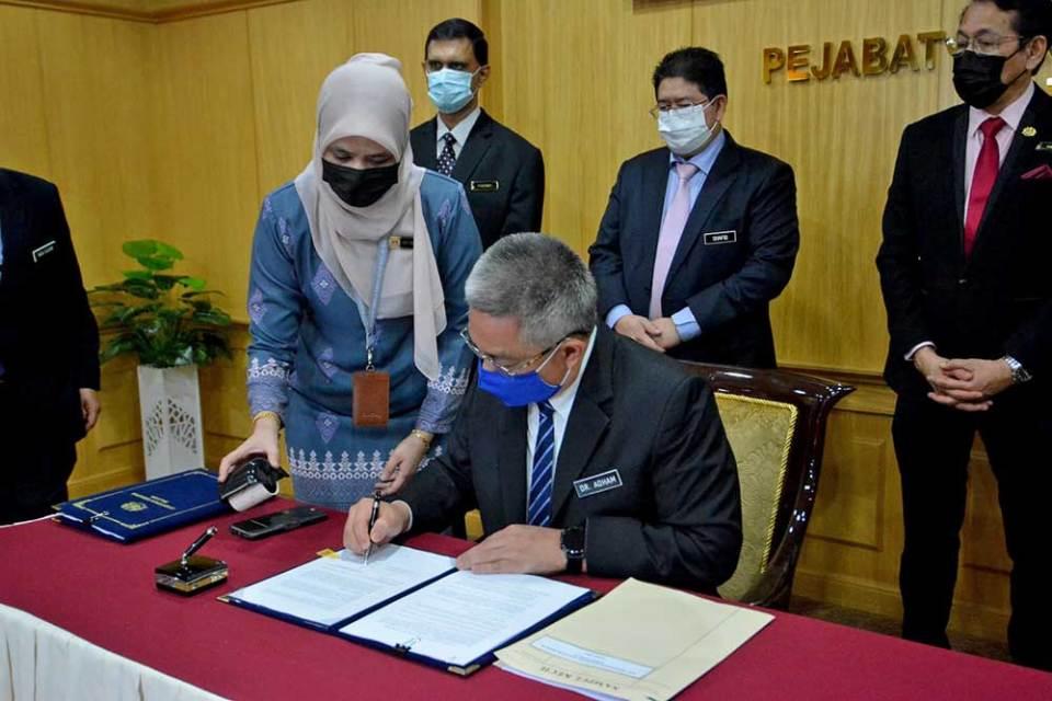 Malaysia Buys More Pfizer + Sinovac COVID-19 Vaccines!