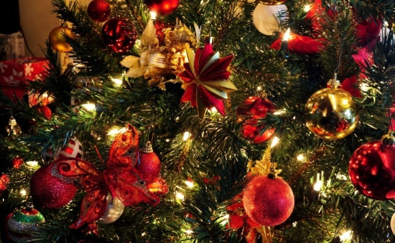 Christmas Tree Toys and Garland Wallpaper