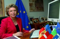 Viviane_Reding_using-fixed-internet.jpg