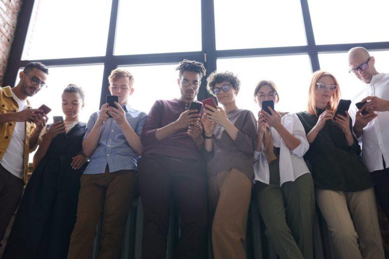 Men spend two days longer choosing phone than women