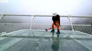 Ponte de vidro chinesa testada à martelada