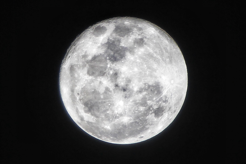 E se eu lhe disser que a Lua tem água e, em grandes quantidades?