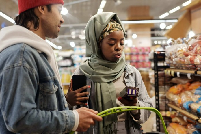 a-muslim-couple-buying-groceries