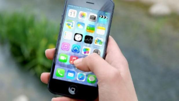 hand-apple-iphone-smartphone-624x351