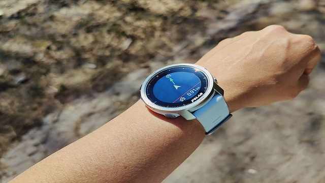 Screen of the Polar Grit X on a sun-drenched day