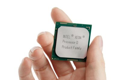 5082_Xeon_D_Processor_Package_Holding_0298_Cropped_preview