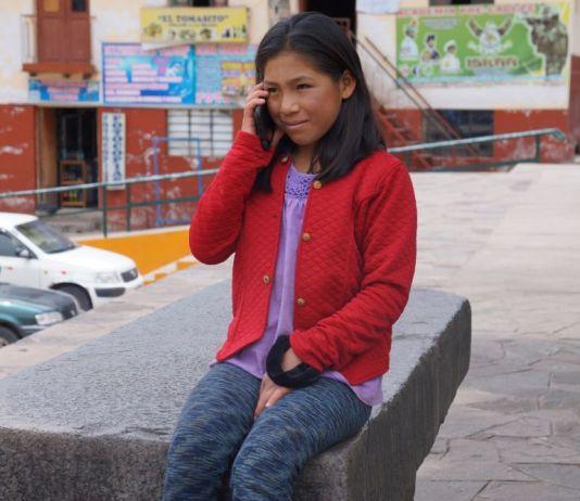 FOTO1. De cara al bicentenario, 'Internet para Todos' permitirá integrar a la red de datos Movistar a más de 30,000 comunidades rurales del Perú. Niña conectada mundo digital desde Paruro, Cusco.