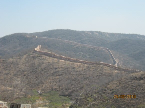Long Running Walls of Jaigar Fort Jaipur Travel Guide
