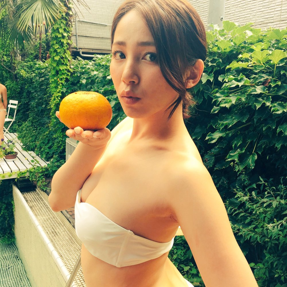 Kikkawa Yuu en la piscina (video)
