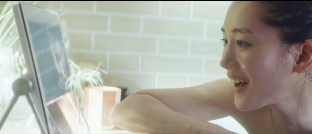 Ayase Haruka en un comercial de Panasonic