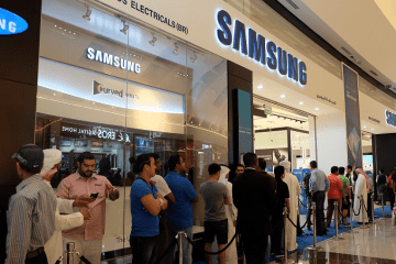 MOE - Hundreds Queue Up for the New Samsung Galaxy S6 and Galaxy S6 edge in the UAE