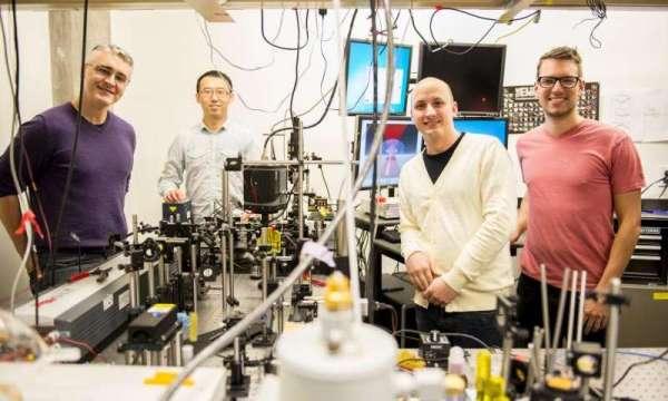 De izquierda a derecha: Peter Pauzauskie, Xuezhe Zhou, Bennett Smith, Matthew Crane y Paden Roder (fuera de cámara). Creadores del sistema de enfriamiento por láser.