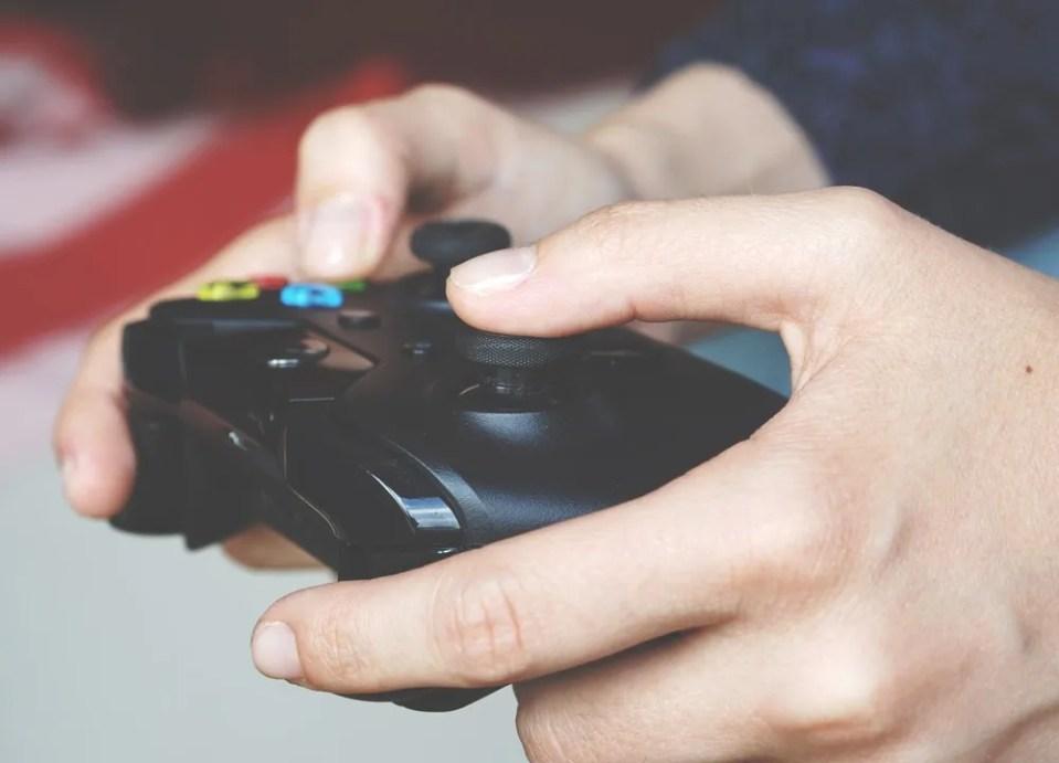 El mando es uno de los accesorios para portátiles gaming que puedes adquirir