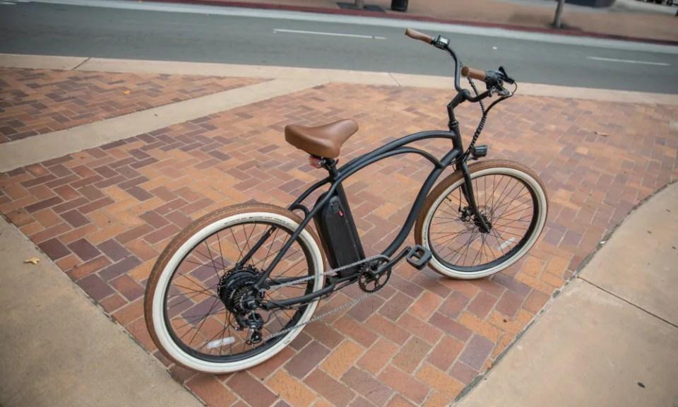 Bicicleta eléctrica en la ciudad