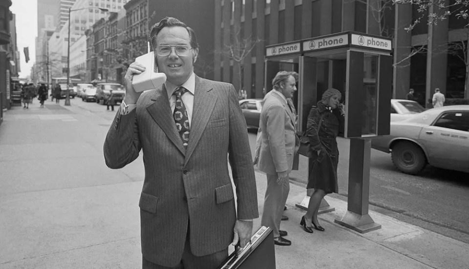 El 3 de abril de 1973, Martin Cooper, de Motorola, realizó la primera llamada desde un teléfono móvil