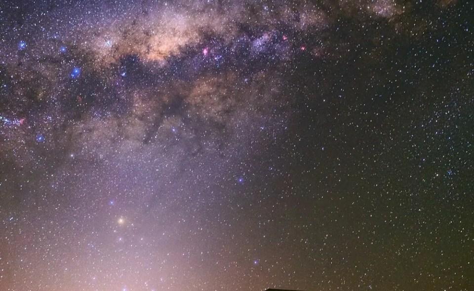 Si te preguntas qué es la luz zodiacal, te contamos que se trata de partículas de polvo espaciales