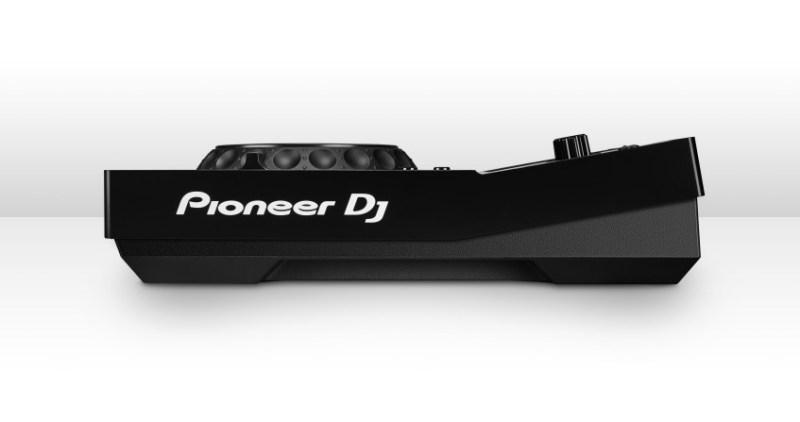 Pioneer_XDJ-700_SIDE_NO-FEET_WHT_HR-848x447