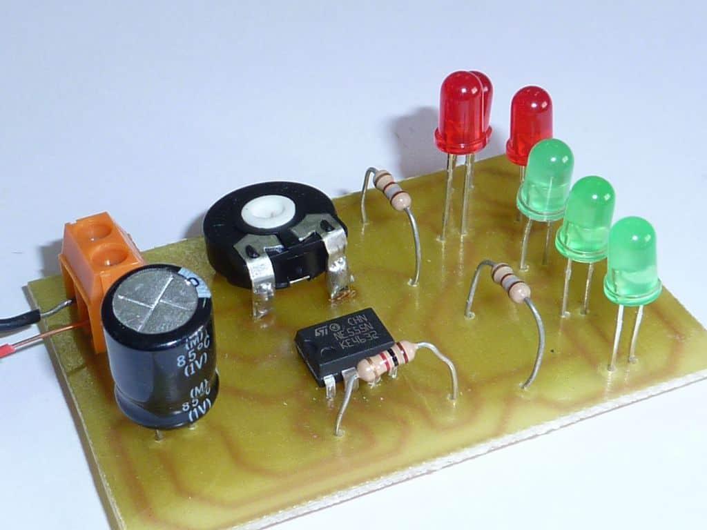 Circuito intermitente con diodos leds usando el integrado 555