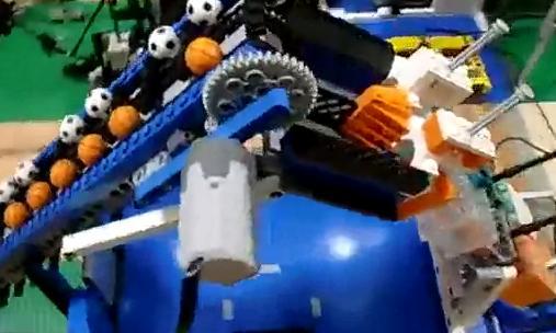 Asombrosa máquina de Rube Goldberg construida con Lego- Robótica