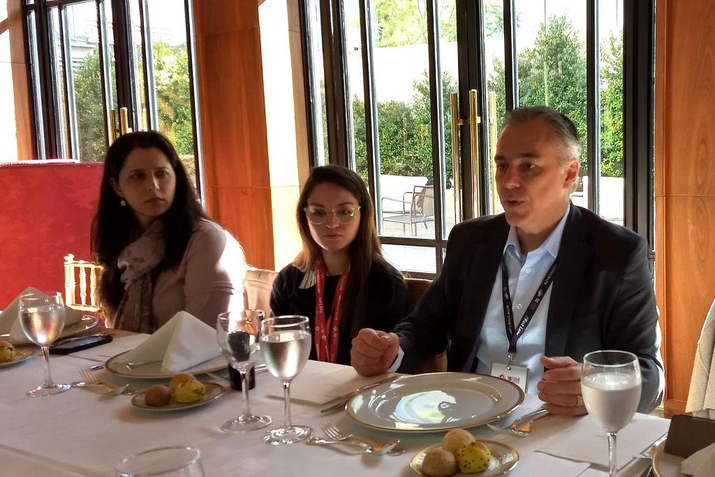Vannesa Lima observa atentamente a Marcio Caputo mientras, en el medio, una colega escucha