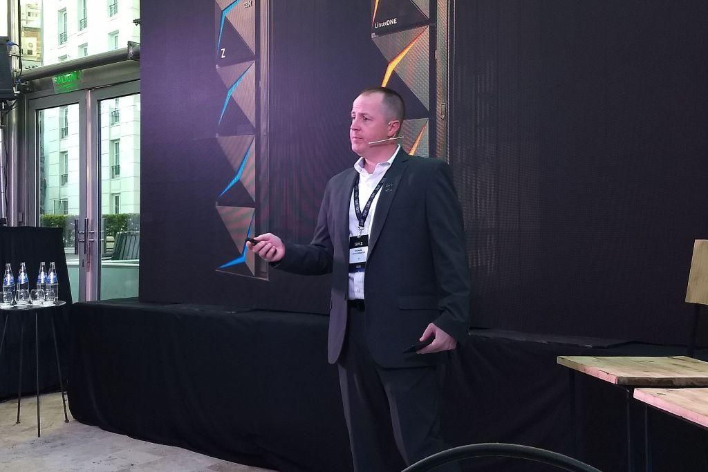 Richard Schoonmaker explica las características de la nueva versión de los servidores Z de IBM.