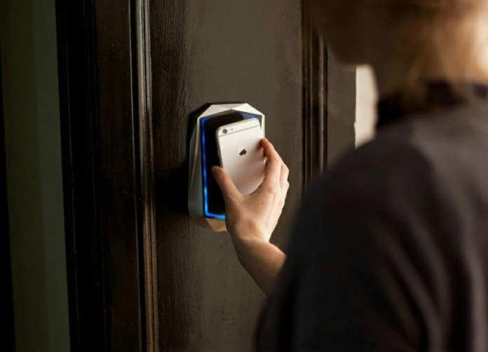 AI  A próxima web: Como uma inicialização usa a AI para otimizar a maneira como as pessoas e os escritórios trabalham juntos accessmodule hand phone color1535227809