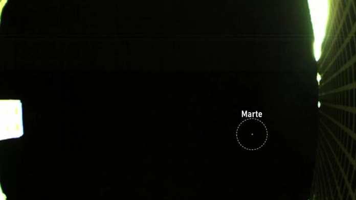 minúscula espaçonave da nasa tira sua primeira foto de marte Minúscula espaçonave da NASA tira sua primeira foto de Marte CubeSat Marte