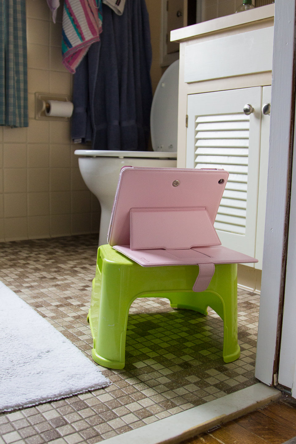Yes, that's an iPad in a pink case on a step stool facing the toilet. #toilettraining