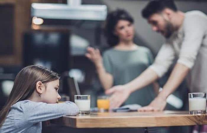 Evite discutir na frente das crianças