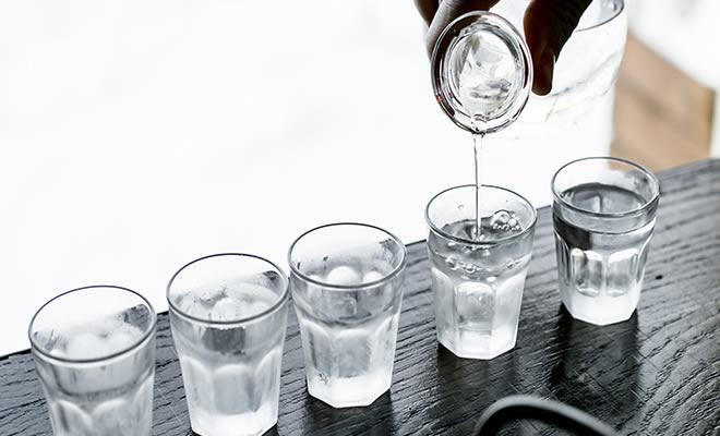 35 dicas incríveis de como usar vodka que não envolvem bebedeira