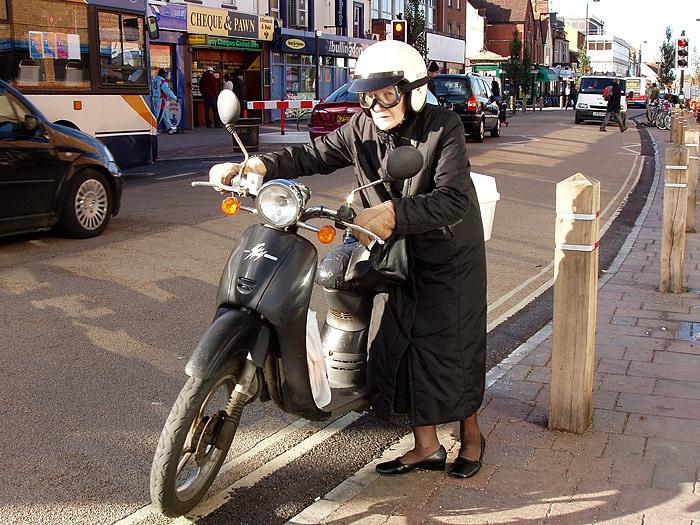 Quem disse que somente os jovens podem dirigir uma motocicleta? Não é sobre a idade, mas sobre o seu estado de espírito