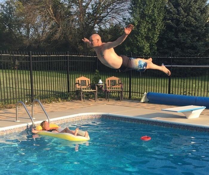 Meu pai, o rei da piscina, prestes a arruinar a tarde da minha mãe.