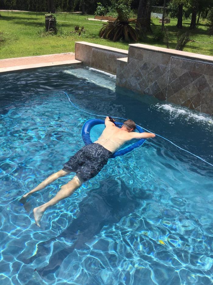 Meu pai comprou um snorkel com o único propósito de tirar cochilos na piscina