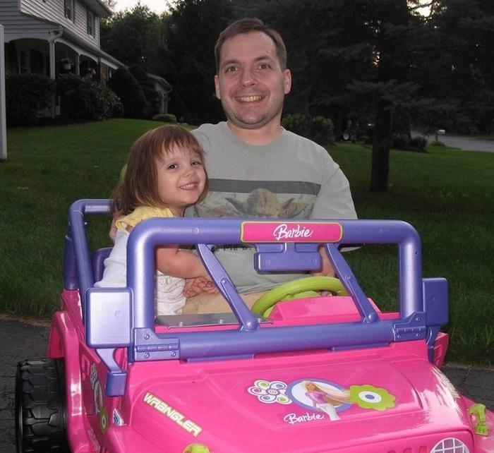 Um benefício de ser uma pessoa pequena é que você pode levar sua filha para andar de Barbie Jeep