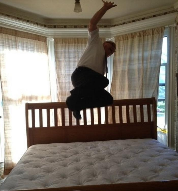 Meus pais tiveram sua primeira cama king. Meu pai mandou o entregador tirar essa foto.