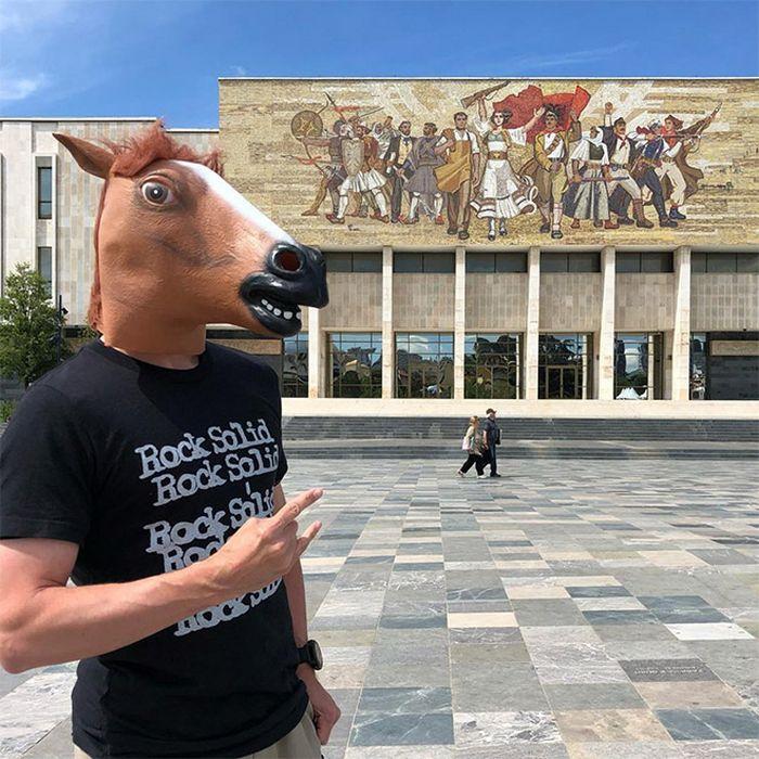 As pessoas ao redor do mundo curtindo a vida em máscaras de cavalo 8